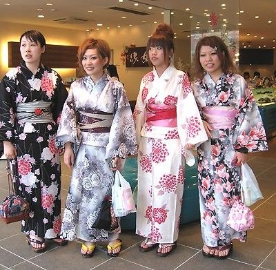 Costumes traditionnels et folkloriques - Le Kimono -