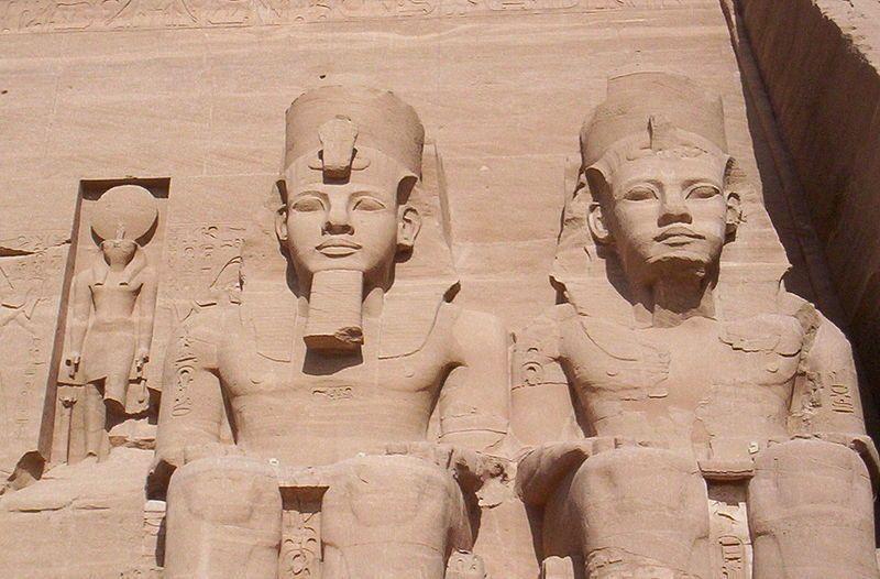 800px-Abou_simbel_pharaons.jpg