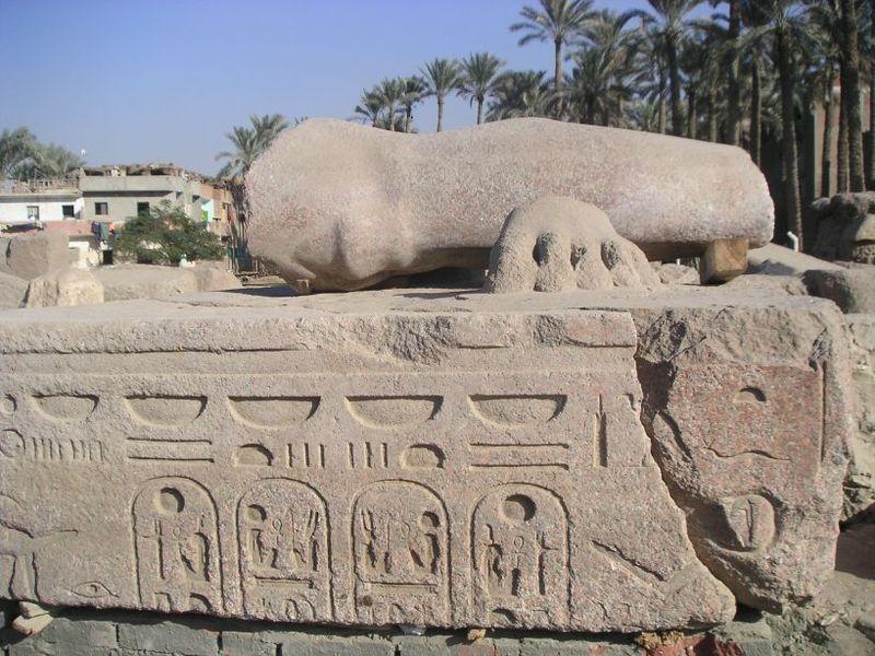 800px-Fragment_de_colosse_de_RamsesII.jpg