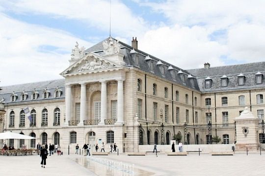 palais-ducs-bourg.jpg