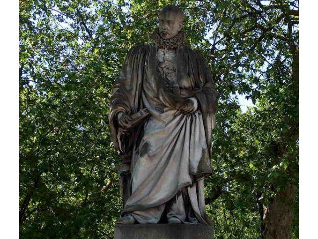 statue_de_montaigne_place_des_quinconces.jpg